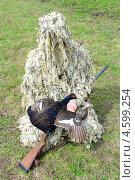 Купить «Охотник в камуфляже с оружием в руках держит тетерева», фото № 4599254, снято 4 мая 2013 г. (c) Ласточкин Евгений / Фотобанк Лори