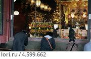 Купить «Люди молятся напротив статуи богини Bodhisattva Kannon в главном храме Senso-ji, район Асакуса, Токио, Япония», видеоролик № 4599662, снято 7 мая 2013 г. (c) Кекяляйнен Андрей / Фотобанк Лори