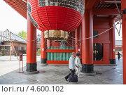 Купить «Большой бумажный фонарь на воротах Hozomon, храм Senso-ji в Asakusa, Tokyo, Japan», фото № 4600102, снято 10 апреля 2013 г. (c) Кекяляйнен Андрей / Фотобанк Лори