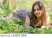 Красивая девушка лежит на поляне. Стоковое фото, фотограф Mykhaylo Mykulyak / Фотобанк Лори
