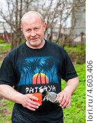 Купить «Мужчина наливает водку из бутылки в стакан на природе», эксклюзивное фото № 4603406, снято 5 мая 2013 г. (c) Игорь Низов / Фотобанк Лори