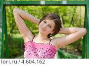 Красивая девушка стоит на мостике в парке. Стоковое фото, фотограф Mykhaylo Mykulyak / Фотобанк Лори