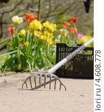Купить «Работа в саду», фото № 4608778, снято 7 мая 2013 г. (c) Валерия Попова / Фотобанк Лори