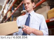 Купить «Бизнесмен с товаром на складе», фото № 4608894, снято 27 октября 2012 г. (c) Monkey Business Images / Фотобанк Лори