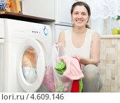 Купить «Счастливая домохозяйка занимается стиркой», фото № 4609146, снято 27 января 2013 г. (c) Яков Филимонов / Фотобанк Лори