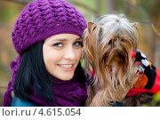 Брюнетка в фиолетовой шапке держит длинношерстную собаку. Стоковое фото, фотограф Александр Жильцов / Фотобанк Лори