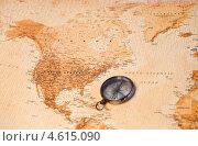 Компас на карте мира в районе Центральной Америки. Стоковое фото, агентство Wavebreak Media / Фотобанк Лори
