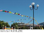 Купить «Уличный фонарь с разноцветными праздничными флажками», фото № 4618290, снято 9 мая 2013 г. (c) Юлия Ухина / Фотобанк Лори