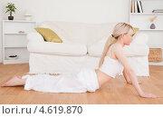 Стройная блондинка занимается дома йогой. Стоковое фото, агентство Wavebreak Media / Фотобанк Лори