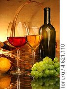 Купить «Композиция с бокалами красного и белого вина, корзиной, лимоном и виноградом», фото № 4621110, снято 14 мая 2012 г. (c) Виктор Топорков / Фотобанк Лори