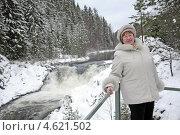 Купить «Портрет женщины средних лет у водопада Кивач», фото № 4621502, снято 5 января 2012 г. (c) Владимир Горощенко / Фотобанк Лори