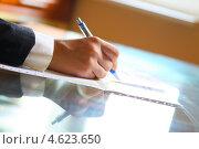 Купить «Деловая женщина заполняет документ в офисе», фото № 4623650, снято 9 августа 2008 г. (c) Иван Михайлов / Фотобанк Лори