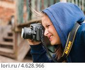 Купить «Девушка фотограф фотографирует», эксклюзивное фото № 4628966, снято 5 мая 2013 г. (c) Игорь Низов / Фотобанк Лори