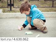 Мальчик рисует мелом на асфальте. Стоковое фото, фотограф Римма Зайцева / Фотобанк Лори