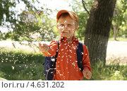 Купить «Улыбающийся маленький мальчик с одуванчиками», фото № 4631202, снято 9 мая 2013 г. (c) Харитонов Сергей / Фотобанк Лори