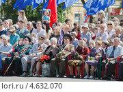 Купить «9 мая. День Победы. Ветераны с наградами и цветами», фото № 4632070, снято 9 мая 2013 г. (c) Несинов Олег / Фотобанк Лори