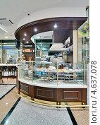 Интерьер кафе с выпечкой на витрине. Стоковое фото, фотограф Raulin / Фотобанк Лори
