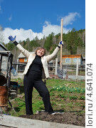 Женщина с лопатой работает в огороде. Стоковое фото, фотограф Ружьин Алексей / Фотобанк Лори