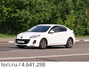 Купить «Седан Mazda мчится по дороге», фото № 4641298, снято 17 мая 2013 г. (c) Павел Кричевцов / Фотобанк Лори
