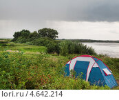Купить «Туристическая палатка под пасмурным небом на берегу реки», фото № 4642214, снято 18 августа 2012 г. (c) Алексей Пантелеев / Фотобанк Лори