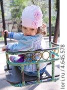 Девочка в розовой шапочке на качели. Стоковое фото, фотограф Бочкарева Лариса / Фотобанк Лори