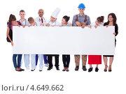 Большая группа людей разных профессий держит пустой баннер. Стоковое фото, фотограф Андрей Попов / Фотобанк Лори