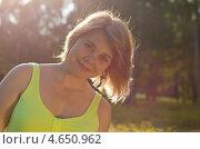 Портрет девушки в контровом свете. Стоковое фото, фотограф Mykhaylo Mykulyak / Фотобанк Лори