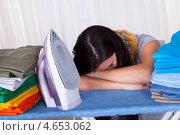Купить «Усталая от домашних хлопот домохозяйка уснула на гладильной доске», фото № 4653062, снято 30 сентября 2012 г. (c) Андрей Попов / Фотобанк Лори