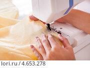 Купить «Привлекательная темноволосая портниха шьет на современной швейной машине», фото № 4653278, снято 30 сентября 2012 г. (c) Андрей Попов / Фотобанк Лори