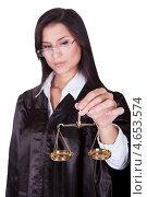 Купить «Темноволосая строгая женщина в мантии судьи с весами в руках», фото № 4653574, снято 30 сентября 2012 г. (c) Андрей Попов / Фотобанк Лори