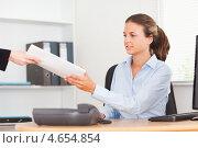 Купить «Улыбающаяся бизнесвумен передает документы из рук в руки», фото № 4654854, снято 11 июля 2011 г. (c) Wavebreak Media / Фотобанк Лори