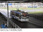 Купить «Троллейбус под мостом», эксклюзивное фото № 4656526, снято 21 апреля 2012 г. (c) Алёшина Оксана / Фотобанк Лори