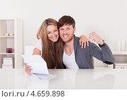 Купить «Семейная пара читает письмо с хорошими новостями», фото № 4659898, снято 20 октября 2012 г. (c) Андрей Попов / Фотобанк Лори