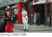 Рекламный «Барашек» перед китайским магазином (2013 год). Редакционное фото, фотограф Голованов Сергей / Фотобанк Лори