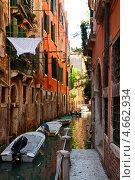 Купить «Венеция, стоянка лодок в узком канале», фото № 4662934, снято 14 мая 2013 г. (c) Юлия Бабкина / Фотобанк Лори