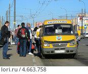 Купить «Посадка пассажиров в маршрутное такси № 760м, Носовихинское шоссе, Москва», эксклюзивное фото № 4663758, снято 29 апреля 2013 г. (c) lana1501 / Фотобанк Лори