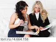 Купить «Две деловые девушки с палитрой в руках сидят на диване в офисе. Дизайнер интерьера.», фото № 4664158, снято 9 апреля 2013 г. (c) Мельников Дмитрий / Фотобанк Лори