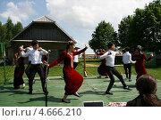 Молодые люди танцуют на сцене под открытым небом, Беларусь (2013 год). Редакционное фото, фотограф Марина Шатерова / Фотобанк Лори