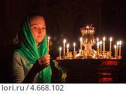 Девушка ставит свечку в православном храме. Стоковое фото, фотограф Андрей Ярославцев / Фотобанк Лори