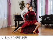 Купить «Молодая пара танцует в зале с роялем. Спортивные бальные танцы», фото № 4668266, снято 10 апреля 2013 г. (c) Мельников Дмитрий / Фотобанк Лори
