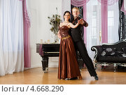 Молодая пара танцует в зале с роялем. Спортивные бальные танцы. Стоковое фото, фотограф Мельников Дмитрий / Фотобанк Лори