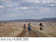 Купить «Велотуристы на спуске», фото № 4668350, снято 1 мая 2013 г. (c) Валентина Мухина / Фотобанк Лори
