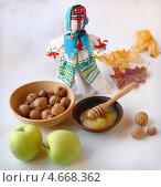 Украинская традиционная кукла «мотанка» и урожай яблок, орехов и меда. Стоковое фото, фотограф Олеся Сарычева / Фотобанк Лори