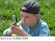 Купить «Мальчик-подросток наблюдает через увеличительное стекло», фото № 4669594, снято 26 мая 2013 г. (c) Землянникова Вероника / Фотобанк Лори