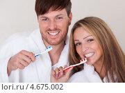 Купить «Супруги дружно чистят зубы», фото № 4675002, снято 20 октября 2012 г. (c) Андрей Попов / Фотобанк Лори