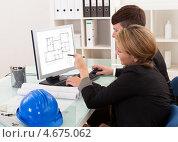 Купить «Двое архитекторов за компьютером обсуждают план дома», фото № 4675062, снято 20 октября 2012 г. (c) Андрей Попов / Фотобанк Лори