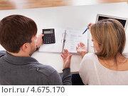 Купить «Пара подсчитывает текущие расходы», фото № 4675170, снято 20 октября 2012 г. (c) Андрей Попов / Фотобанк Лори