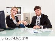 Деловое рукопожатие. Бизнесмены в офисе здороваются за руку. Стоковое фото, фотограф Андрей Попов / Фотобанк Лори