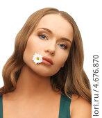 Купить «Молодая женщина с цветком ромашки в губах», фото № 4676870, снято 8 декабря 2012 г. (c) Syda Productions / Фотобанк Лори