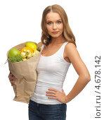Купить «Девушка держит в руках бумажный пакет с фруктами», фото № 4678142, снято 8 декабря 2012 г. (c) Syda Productions / Фотобанк Лори